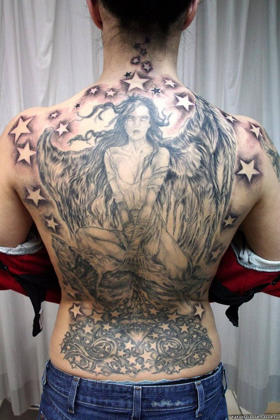 Фото ангелочков тату на спине для девушек